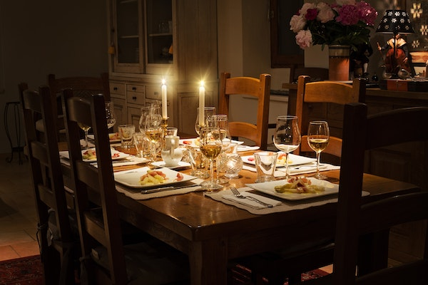 formal-thanksgiving-table-with-candles-and-elegant-place-settings
